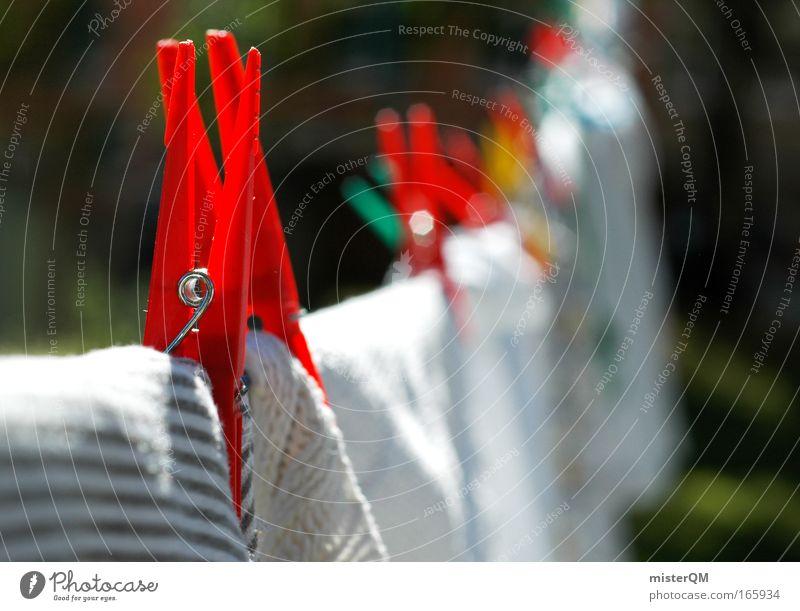 Waschtag. Farbfoto mehrfarbig Außenaufnahme Menschenleer Tag Sonnenlicht Schwache Tiefenschärfe Zentralperspektive Bekleidung trocken Wäsche Wäscheleine Klammer