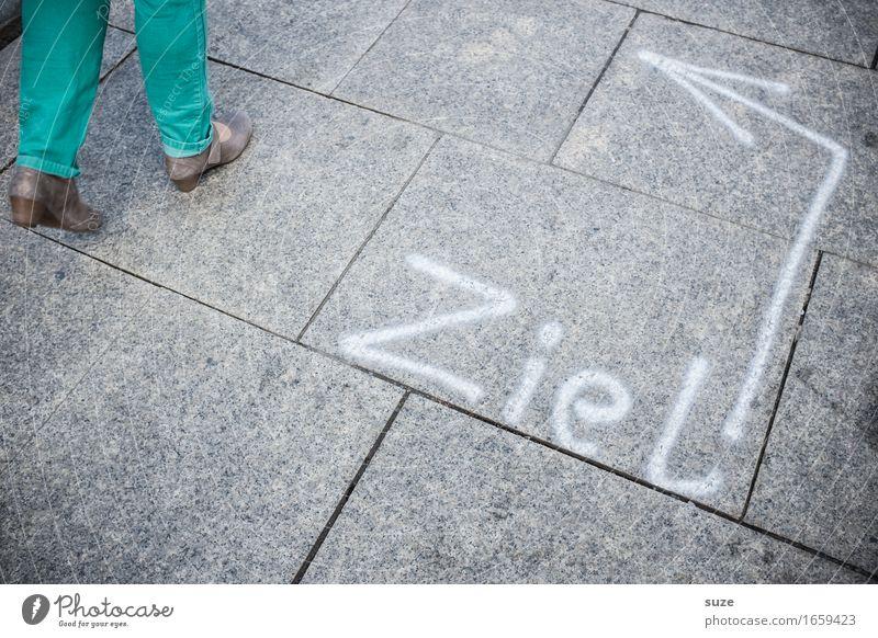 Orientierung   scharf links Mensch Frau Stadt Erwachsene Wege & Pfade Lifestyle Bewegung Beine feminin Stil Mode grau Fuß gehen Stadtleben Freizeit & Hobby