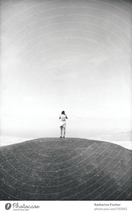 Die An(dere) Sicht Frau Himmel Natur Sommer Erwachsene Berge u. Gebirge Sand Erde Freizeit & Hobby Insel Kleid Hügel Aussicht Süden Lanzarote