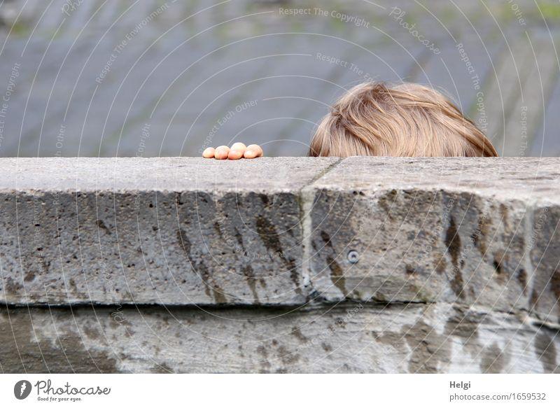 AST 9 | am Brunnen Mensch Hand Leben klein grau Haare & Frisuren Kopf Stein braun authentisch stehen einzigartig Finger festhalten Kleinkind