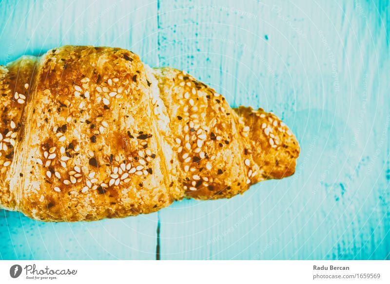 Französisches Croissant auf Tabelle Lebensmittel Süßwaren Ernährung Essen Fastfood Fressen füttern süß blau mehrfarbig gold türkis Farbe Backwaren Tisch
