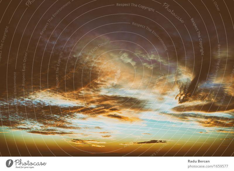 Schöner Sonnenuntergang am bewölkten Sommer-Himmel Freiheit Umwelt Natur Landschaft Luft nur Himmel Wolken Horizont Sonnenaufgang Sonnenlicht Klima Wetter