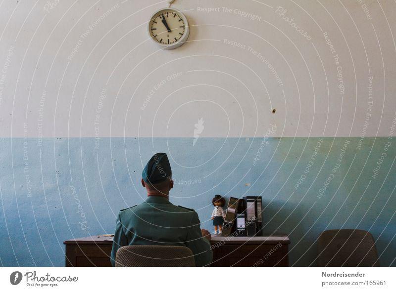 Mein Alptraum Mensch Mann Erwachsene Leben Wand Mauer Büro Raum Rücken Innenarchitektur Uhr Erfolg bedrohlich Stuhl schreiben Zeichen