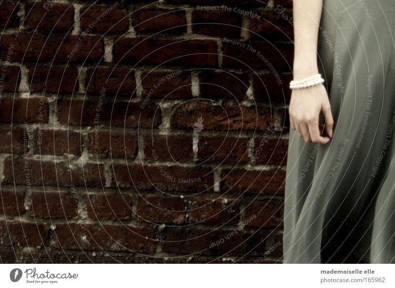 lost. Frau Mensch Jugendliche Erwachsene Einsamkeit feminin Wand Gefühle Stein Traurigkeit Mauer träumen Mode Wind Arme