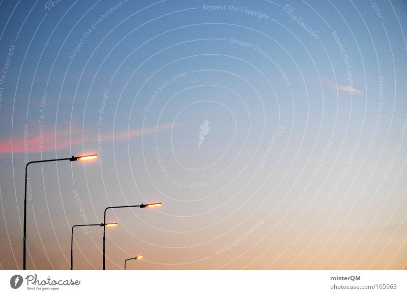 Stadtschlangen. Himmel Einsamkeit Straße Freiheit Wege & Pfade Lampe Stimmung Beleuchtung Design Energiewirtschaft Elektrizität leuchten Technik & Technologie Laterne skurril Gesellschaft (Soziologie)