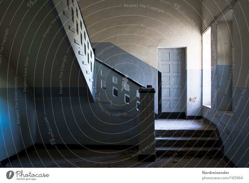Tür nach Katastrophanien Farbfoto Innenaufnahme Tag Licht Schatten Kontrast Sonnenlicht Innenarchitektur Raum Fabrik Karriere Erfolg Industrieanlage Architektur