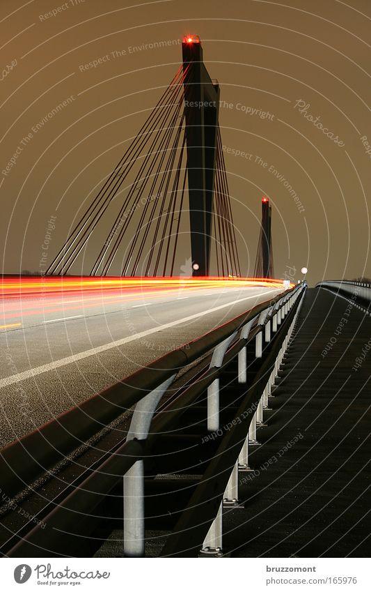 Rotlichtsünder rot Straße Freiheit grau Nacht Verkehr Geschwindigkeit Brücke fahren Ziel Asphalt Langzeitbelichtung Autobahn Verkehrswege Fahrzeug Autofahren