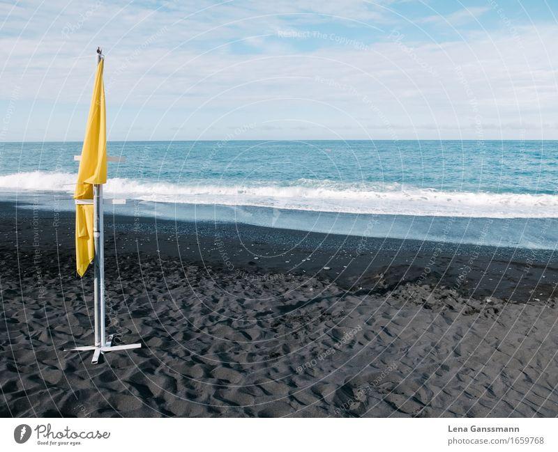 Gelbe Fahne am windstillen Strand Umwelt Natur Landschaft Sand Wasser Sonne Sommer Schönes Wetter Vulkan Wellen Küste Meer Insel La Palma Puerto Naos Hafenstadt