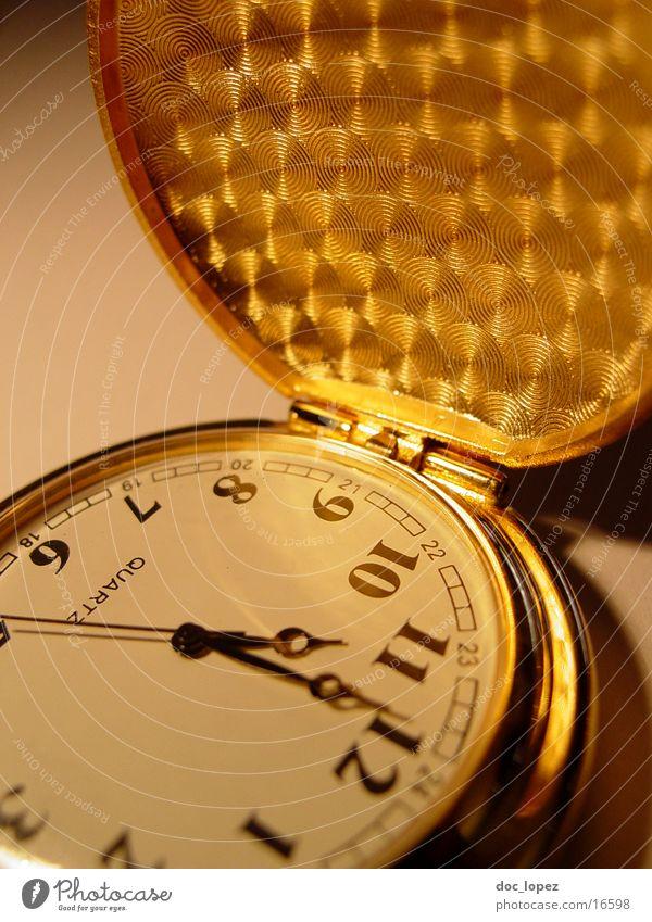golden_times_2 Taschenuhr Zeit Ziffern & Zahlen Sekundenzeiger Klappe Vergänglichkeit Licht Nostalgie Muster Uhr Dinge Stimmung Schatten Kette Detailaufnahme