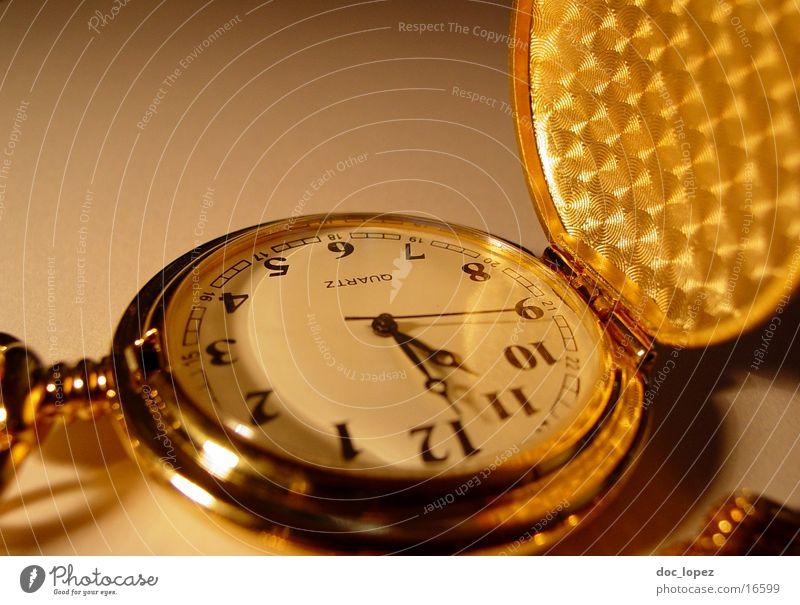 golden_times_1 Stimmung gold Zeit Uhr Ziffern & Zahlen Vergänglichkeit Dinge Kette Nostalgie Anschnitt Symbole & Metaphern Klappe Sekundenzeiger Taschenuhr
