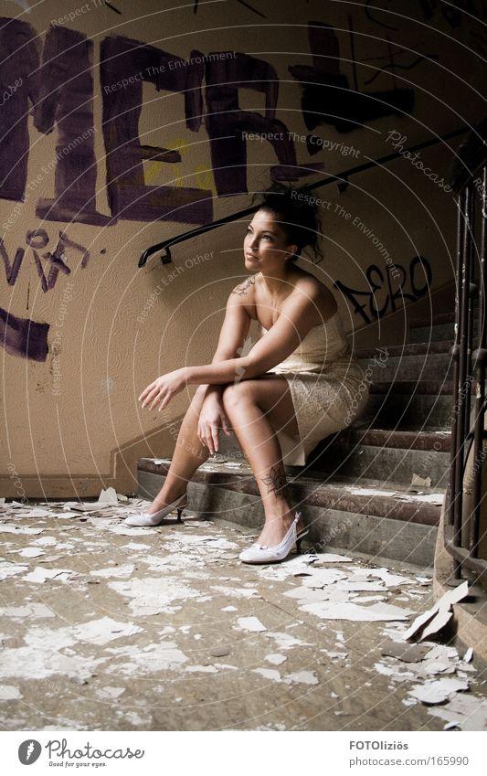 die schöne Frau Mensch Jugendliche Erwachsene feminin Wand Graffiti Haare & Frisuren Schuhe Stein Gebäude Denken Mauer Beine Mode sitzen