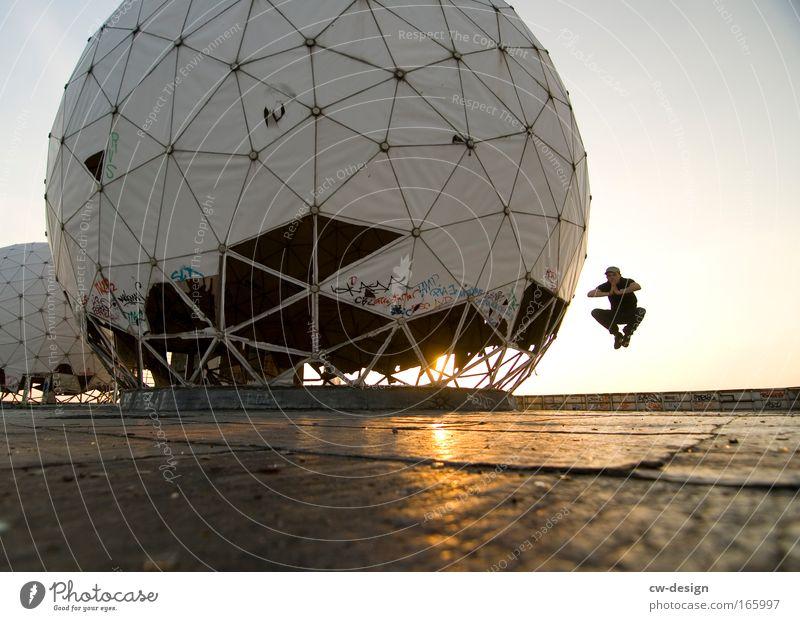 FLAI ON Mensch Mann weiß Freude Erwachsene Spielen Architektur Freiheit grau springen braun Freizeit & Hobby fliegen verrückt Denkmal positiv