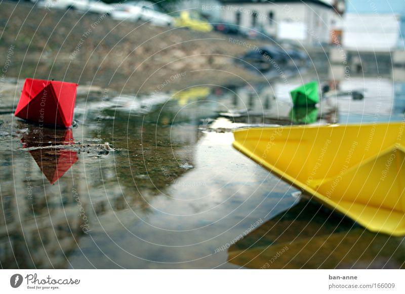 aufgelaufen Wasser grün rot gelb Farbe See Wasserfahrzeug Papier nah Freizeit & Hobby einzigartig Spielzeug Pfütze Basteln
