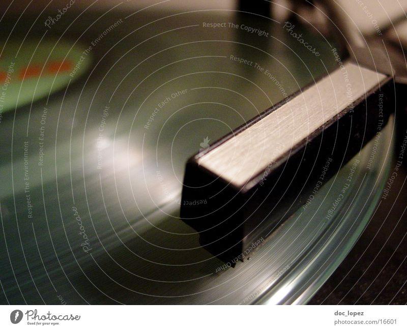 lp_01 Schallplatte Plattenspieler Nostalgie Tonarm Furche Häusliches Leben Detailaufnahme Perspektive turntable Musik Stimmung Plattenteller