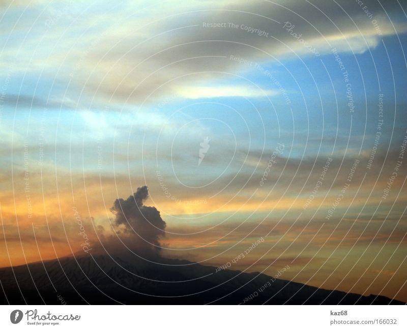 Feuerberg Himmel blau rot Sonne Ferien & Urlaub & Reisen Wolken Berge u. Gebirge Wärme Luft bedrohlich heiß Italien Rauch Vulkan Expedition