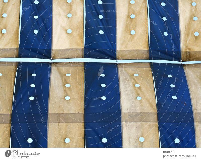 gepunktet & gestreift Farbfoto Außenaufnahme Dekoration & Verzierung Kunst Kunstwerk Dach Zeichen blau weiß Schutzdach Punkt Loch Streifen Anordnung