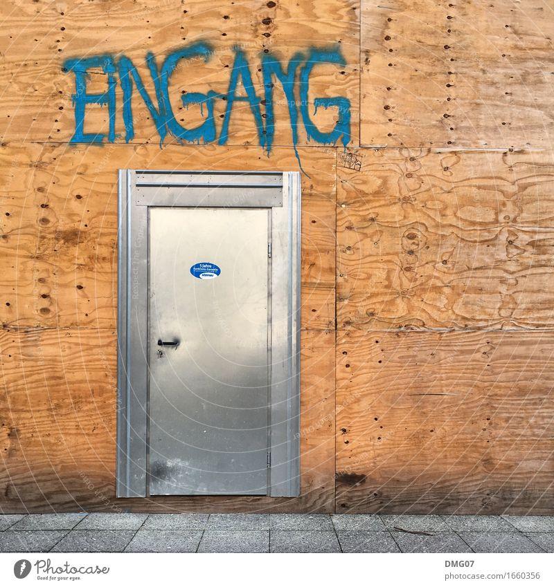 Eingang Stadt Architektur Wand Graffiti Gefühle Holz Gebäude Mauer Fassade Metall Schriftzeichen Tür Zeichen Baustelle Bauwerk Dorf