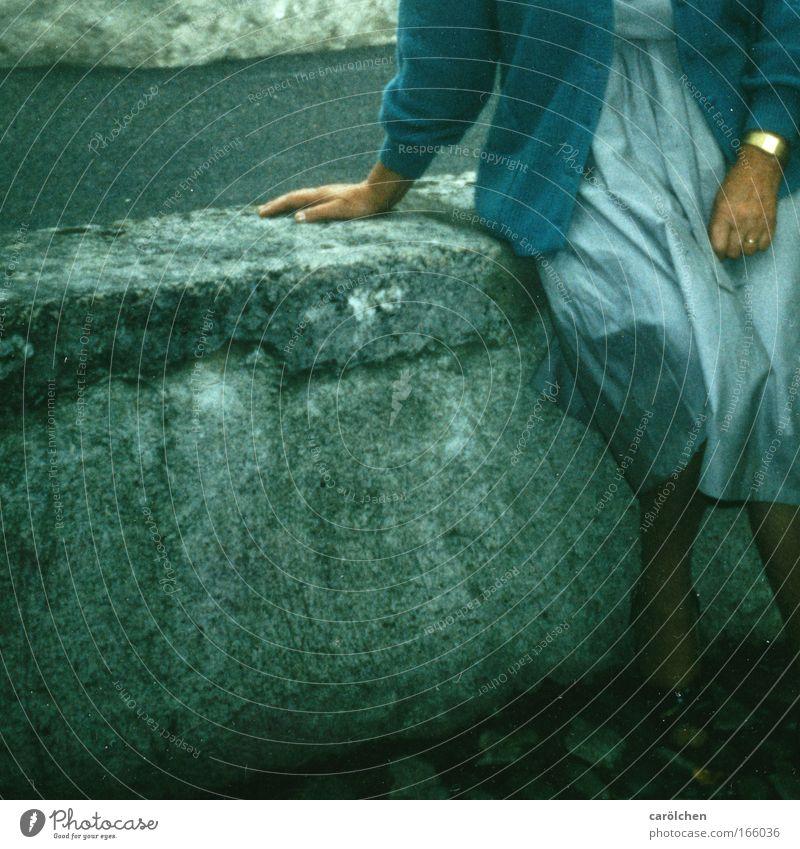 BlauPause Frau Mensch alt blau ruhig Erwachsene Erholung feminin grau Mauer Traurigkeit sitzen ästhetisch Großmutter Gemälde