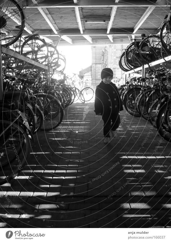 Fahrradschuppen Schwarzweißfoto Morgen Licht Schatten Kontrast Silhouette Blick nach vorn Mensch Kind Junge Kindheit 1 1-3 Jahre Kleinkind Umwelt Verkehr