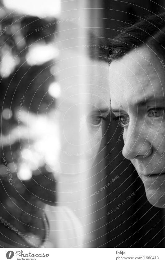 Spiegelbild II Lifestyle Häusliches Leben Fenster Frau Erwachsene Gesicht 1 Mensch 30-45 Jahre träumen Traurigkeit Gefühle Stimmung Sehnsucht Heimweh Fernweh