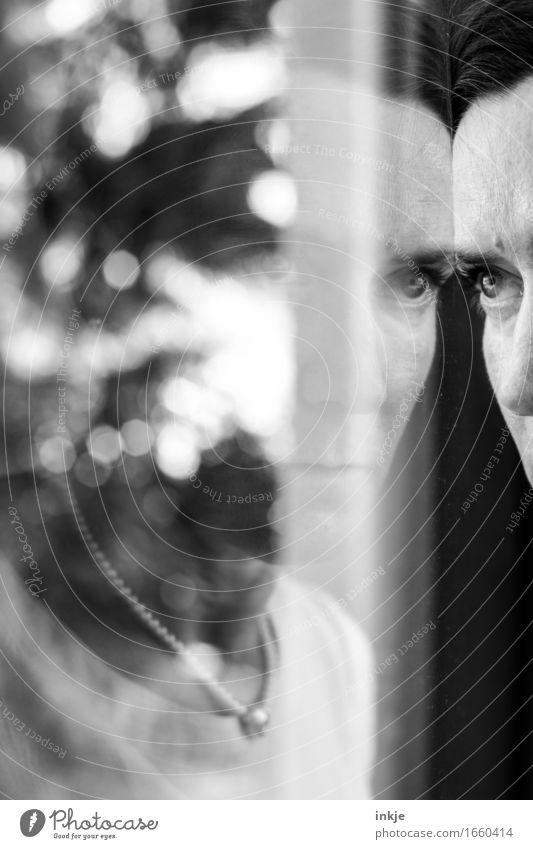 schwarzsehen Lifestyle Stil Erwachsene Leben Gesicht 1 Mensch 30-45 Jahre Spiegelbild Glasscheibe Fensterscheibe Unschärfe Denken träumen Traurigkeit Gefühle
