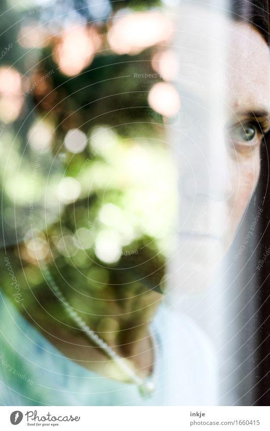 spiegelbild Lifestyle Stil Frau Erwachsene Leben Gesicht 1 Mensch Frühling Sommer Schönes Wetter Fenster Spiegelbild Unschärfe Denken träumen Traurigkeit