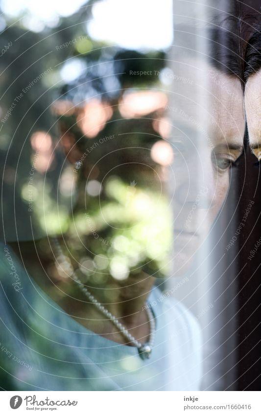 sorgenvoll | schwarzsehen Frau Erwachsene Leben Gesicht 1 Mensch 30-45 Jahre Unschärfe Spiegelbild träumen Traurigkeit Gefühle Stimmung Sorge Trauer