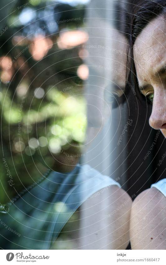 depressiv | schwarzsehen Mensch Frau Einsamkeit Gesicht Erwachsene Leben Traurigkeit Gefühle Stimmung träumen Trauer Sorge Liebeskummer Enttäuschung anlehnen