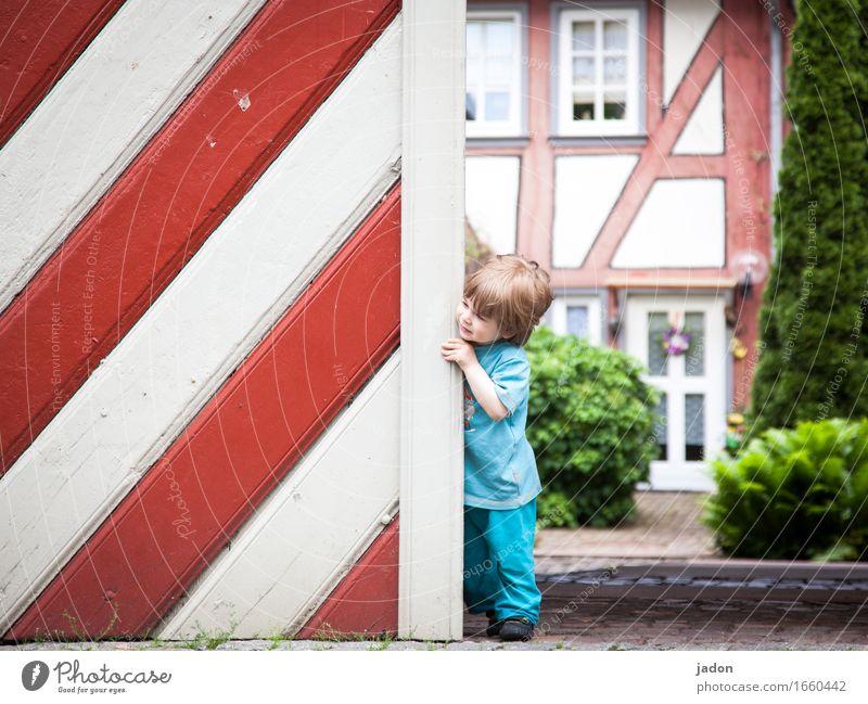 AST 9 | wo bleibt sie denn nur? Mensch Kind Haus Wand Gebäude Mauer Kunst Fassade Häusliches Leben Kindheit warten Lächeln Streifen Neugier Bauwerk Vertrauen