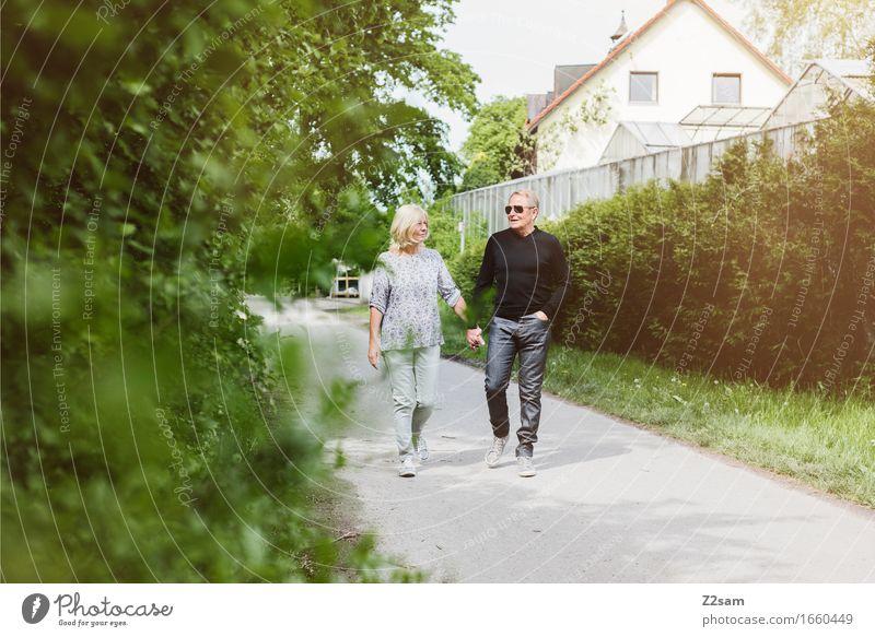 Spaziergang Freizeit & Hobby Weiblicher Senior Frau Männlicher Senior Mann Paar Partner 60 und älter Landschaft Sommer Schönes Wetter Garten Park Jeanshose