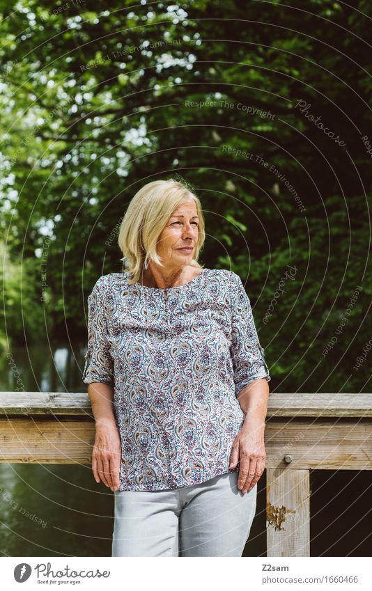 Poserin Lifestyle elegant feminin Weiblicher Senior Frau 60 und älter Natur Landschaft Sonne Sommer Schönes Wetter Sträucher Park Bluse blond langhaarig Denken