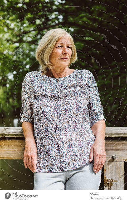 Wie ein junger Hupfer Lifestyle Stil feminin Weiblicher Senior Frau 60 und älter Natur Landschaft Sommer Schönes Wetter Sträucher Park Bluse blond Denken