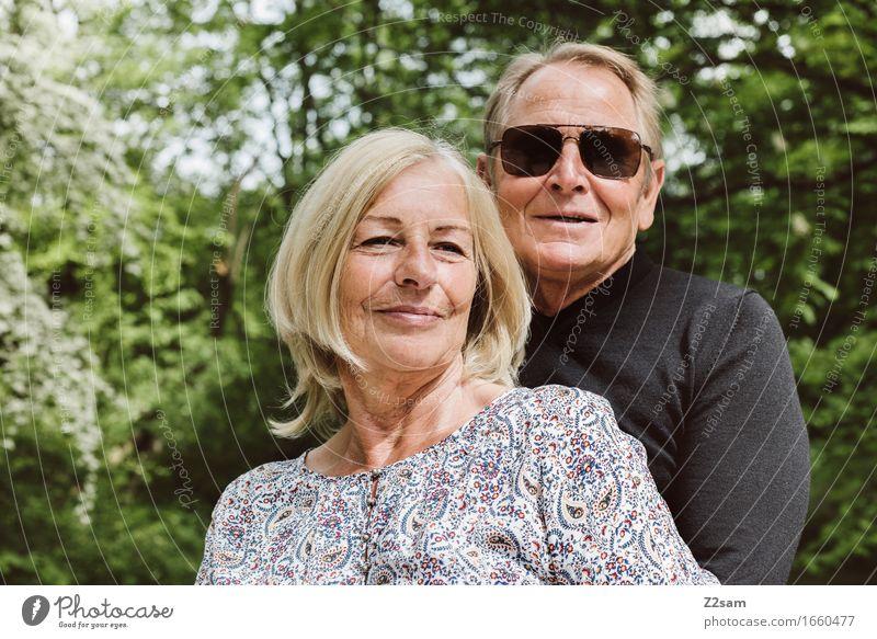 Rentnerpaar im Grünen Lifestyle Weiblicher Senior Frau Männlicher Senior Mann Paar Partner 60 und älter Natur Landschaft Sonne Sommer Schönes Wetter Sträucher