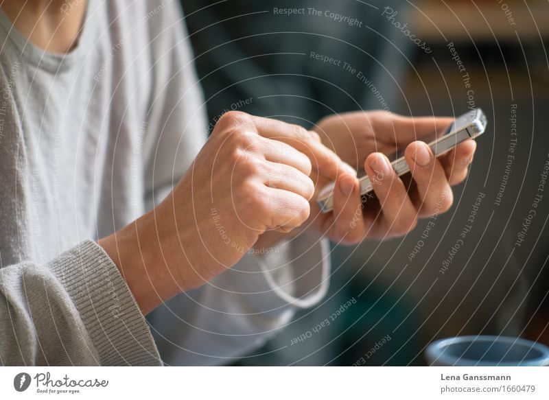 Kaffee und Smartphone Mensch Frau Jugendliche Hand 18-30 Jahre Erwachsene sprechen feminin Lifestyle Gesundheit Arbeit & Erwerbstätigkeit Büro Kommunizieren Technik & Technologie Getränk Kaffee