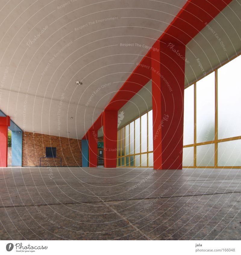 Säulenhalle blau rot Haus gelb Gebäude Architektur abstützen Schulhof