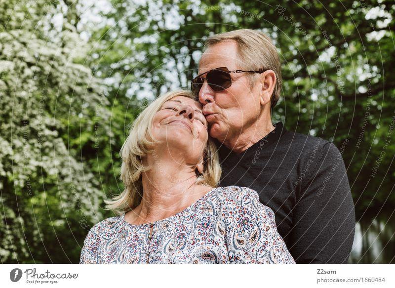 I love you honey Weiblicher Senior Frau Männlicher Senior Mann Paar Partner 60 und älter Natur Landschaft Sommer Schönes Wetter genießen Küssen Lächeln Liebe