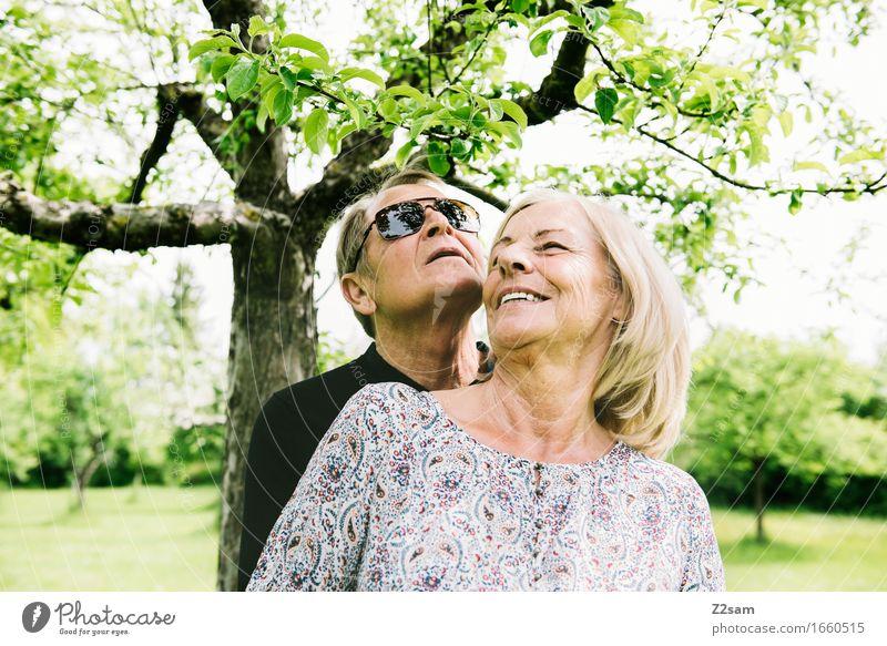 Was für ein Leben Weiblicher Senior Frau Männlicher Senior Mann 60 und älter Natur Landschaft Sommer Schönes Wetter Baum Garten blond genießen Lächeln lachen