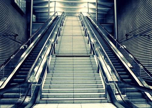 Gegenüberliegende Rolltreppen Stadt Treppe Europa Güterverkehr & Logistik Kleinstadt Sachsen Bahnhof Symmetrie Bahnhofshalle