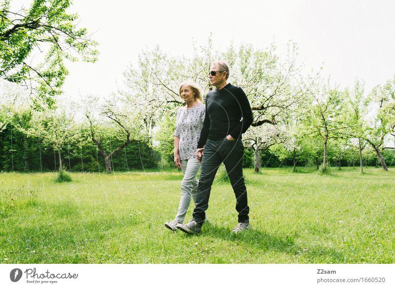 Im Obstgarten elegant Stil Weiblicher Senior Frau Männlicher Senior Mann Paar Partner 60 und älter Natur Landschaft Frühling Sommer Schönes Wetter Sträucher
