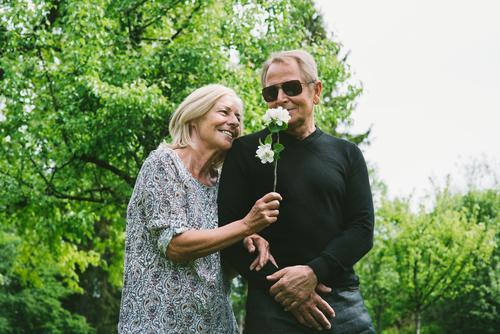 Nur für Dich Natur Landschaft Sommer Schönes Wetter Baum Sträucher Garten Park Sonnenbrille blond genießen Kommunizieren Lächeln lachen alt Gesundheit