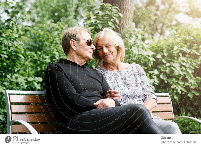Rentner Paar sitz auf Bank Lifestyle Weiblicher Senior Frau Männlicher Senior Mann 60 und älter Natur Landschaft Sommer Schönes Wetter Sträucher Park Erholung