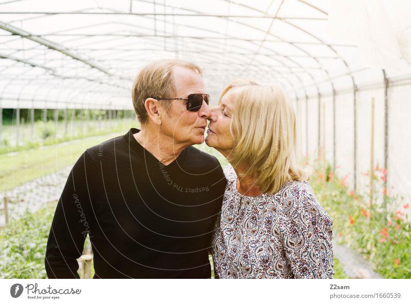 Bussi Bussi Lifestyle Weiblicher Senior Frau Männlicher Senior Mann Paar Partner 60 und älter Natur Landschaft Sommer Schönes Wetter Garten genießen Küssen