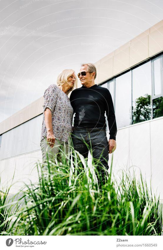 Forever Weiblicher Senior Frau Männlicher Senior Mann Paar Partner 60 und älter Sommer Schönes Wetter Sträucher Stadtzentrum Jeanshose Lächeln Liebe stehen alt