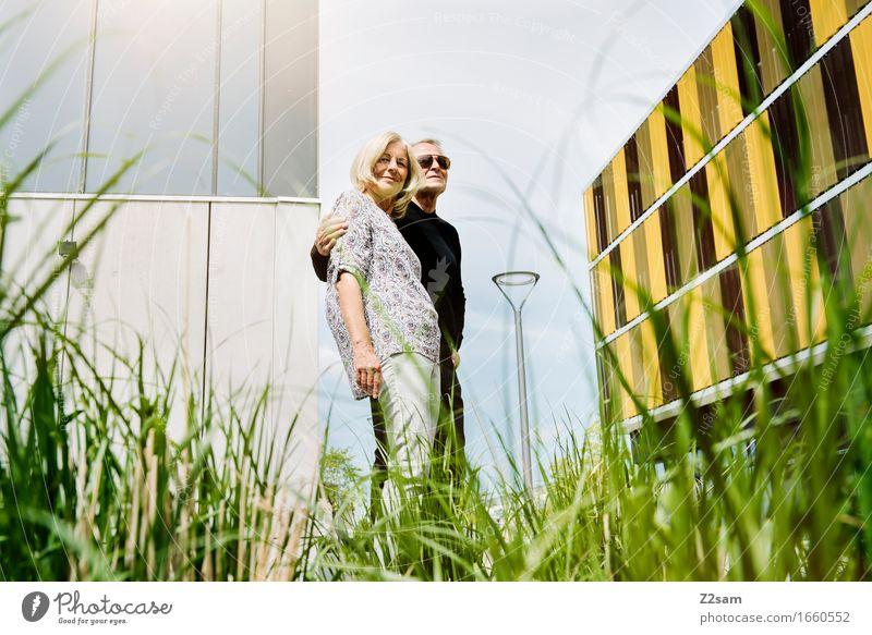 Mir zwoar Lifestyle Freizeit & Hobby Weiblicher Senior Frau Männlicher Senior Mann Paar Partner 60 und älter Sommer Schönes Wetter Sträucher Stadt Sonnenbrille