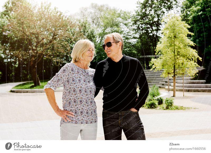 Mir ghören zam Lifestyle Weiblicher Senior Frau Männlicher Senior Mann Paar Partner 60 und älter Sommer Schönes Wetter Park Stadt Stadtzentrum berühren Erholung