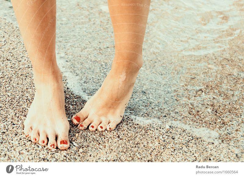 Mädchen mit Hydrophobie (Ängste des Wassers) auf dem Strand Lifestyle schön Pediküre Gesundheit Gesundheitswesen Wellness Schwimmen & Baden Sommer Sommerurlaub