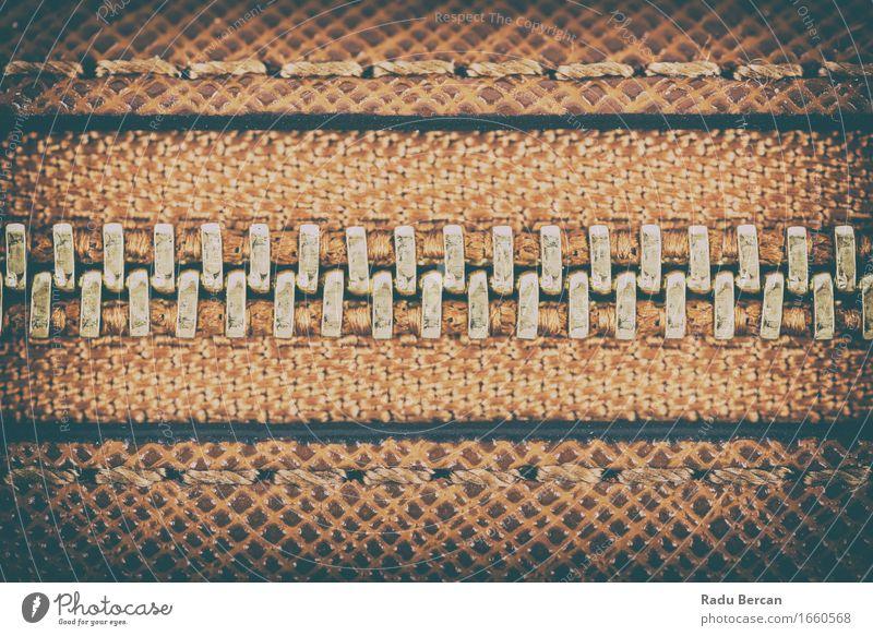 Reißverschluss-Nahaufnahme auf Brown-Leder Mode Bekleidung Jacke Stoff Accessoire Tasche Koffer alt braun gold Material Konsistenz Textilien Makroaufnahme