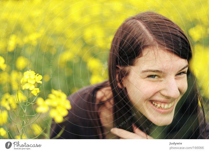 Humor Mensch Natur Jugendliche Blume Sommer Freude gelb Porträt feminin Frühling Glück lachen Zufriedenheit lustig Frau Umwelt