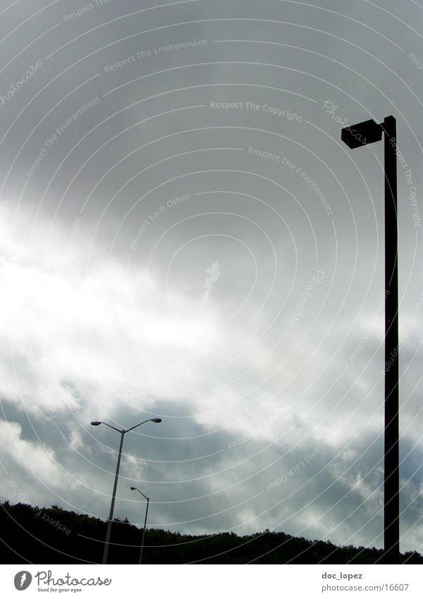 düster_Parkplatz Wolken Lampe dunkel Berge u. Gebirge Stimmung Perspektive USA Aussicht Strommast untergehen schlechtes Wetter