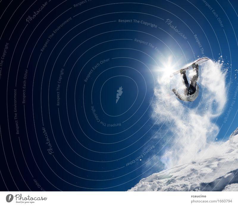 Snowboarder, der Hochsprung im klaren blauen Himmel macht Lifestyle Freude Ferien & Urlaub & Reisen Sonne Winter Schnee Berge u. Gebirge Sport Mann Erwachsene